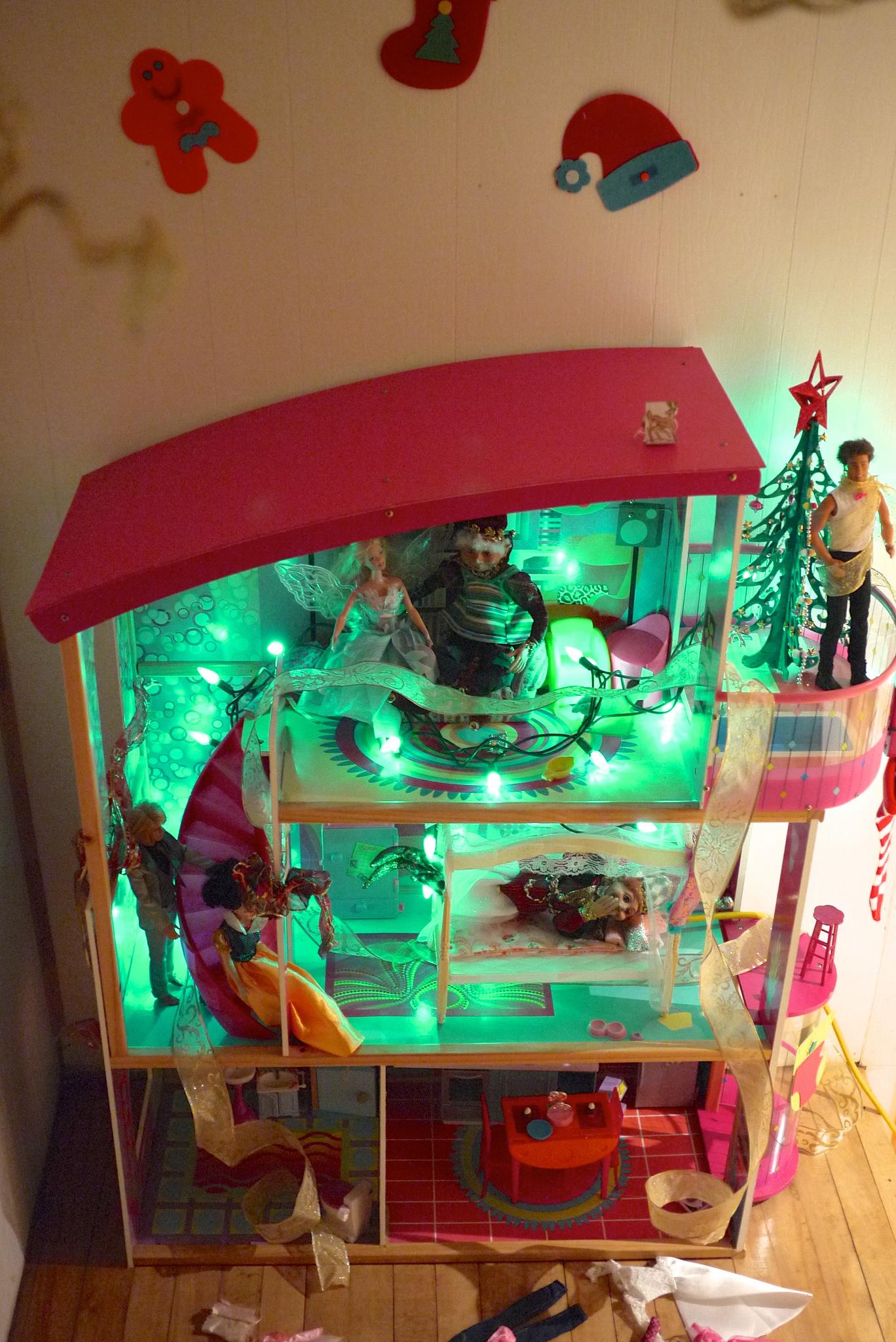 Décorer la maison de poupées pour Noël: un défi à leur mesure!