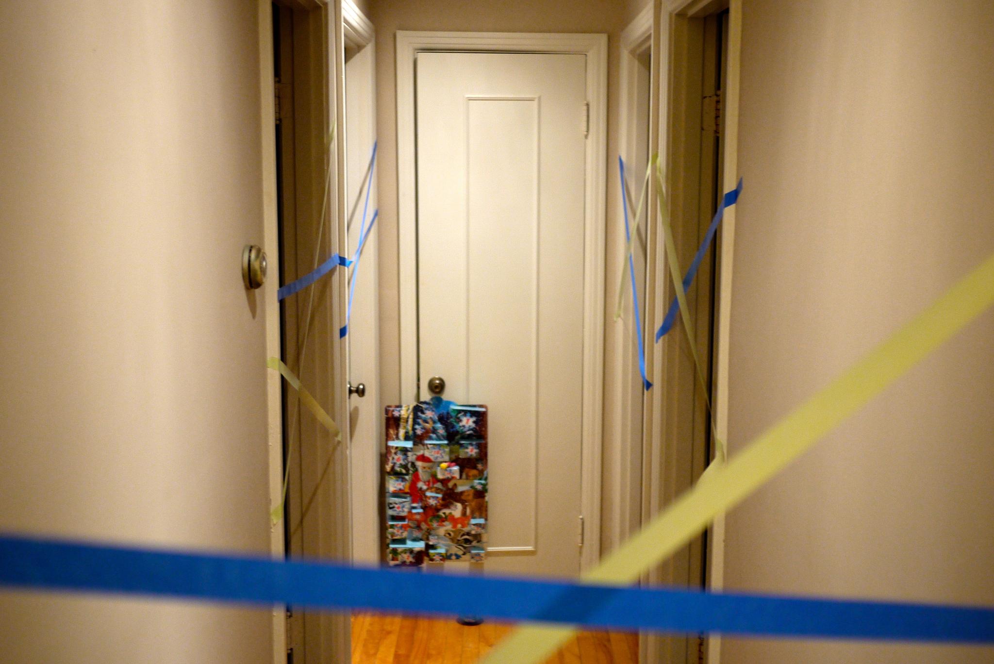 Du ruban à masquer qui serpente dans le couloir.