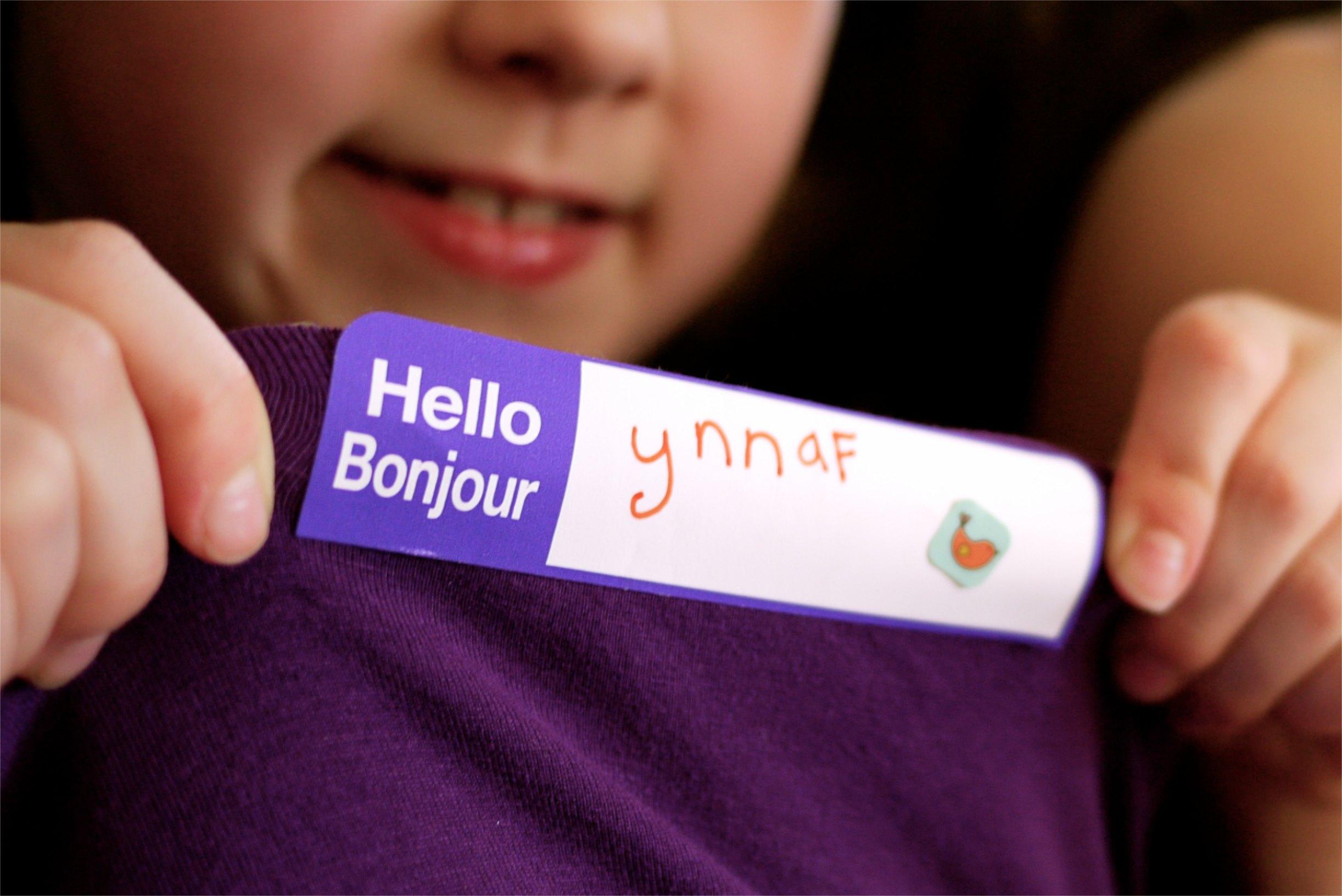 Chaque enfant avait une étiquette avec son nom à l'envers.