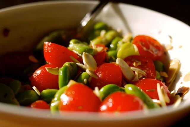 Salade de gourganes et tomates aux amandes.