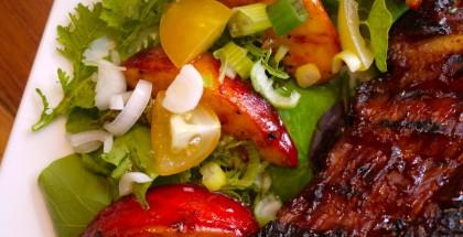 Salade de pêches grillées sur le barbecue: l'accompagnement idéal des côtes levées!