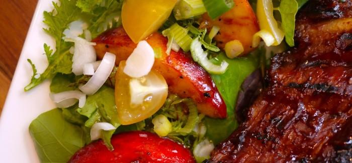 Salade de pêches grillées… l'accompagnement parfait des côtes levées!