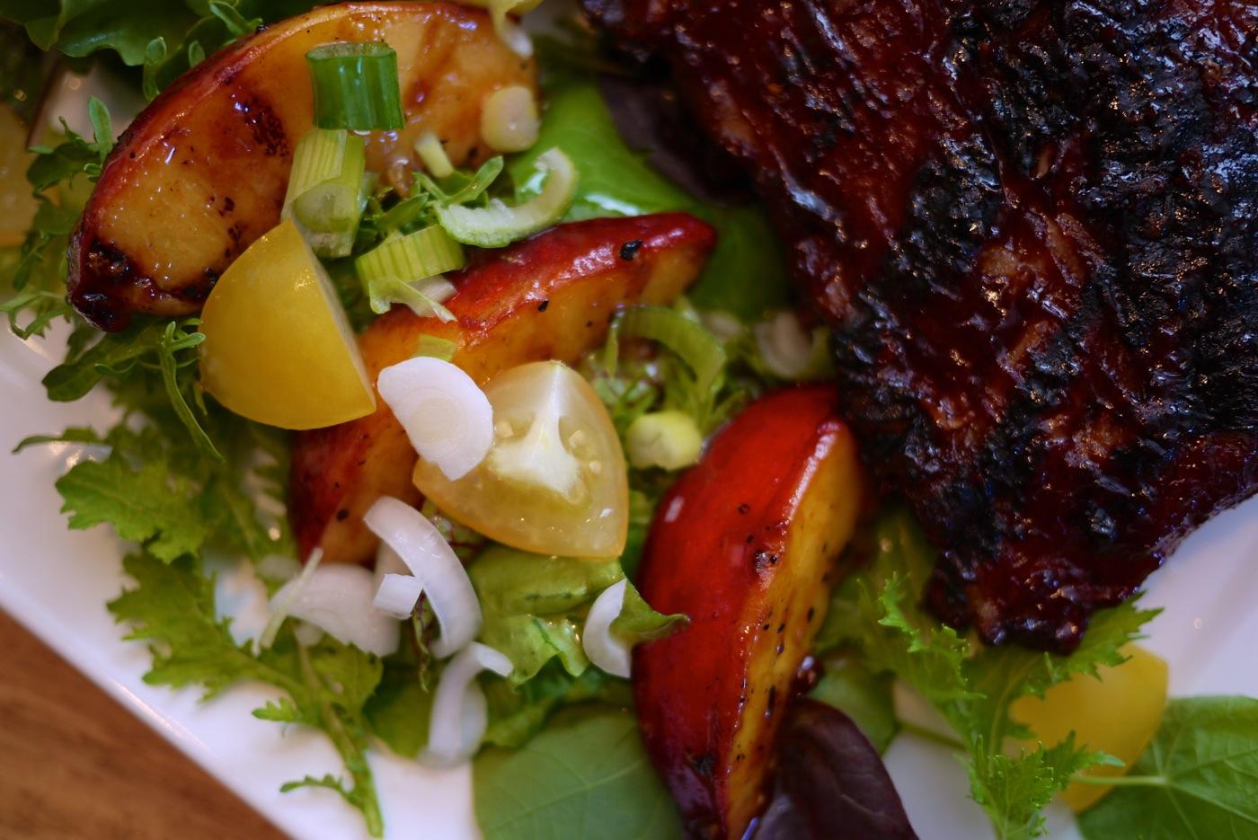 Un délicieux accompagnement pour les grillades estivales: la salade de pêches grillées.