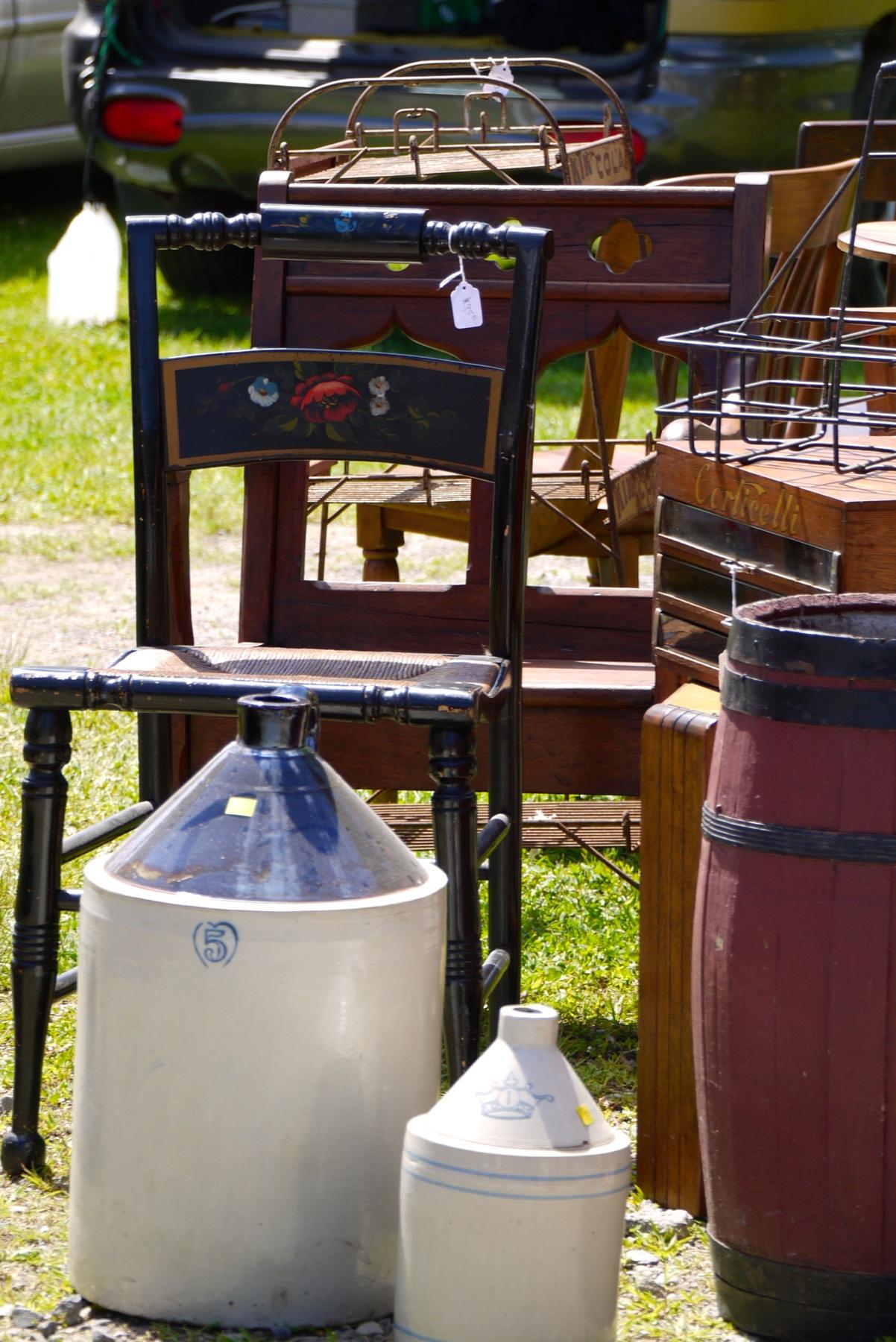Vieilles chaises et bidons au Marché Finnegan.