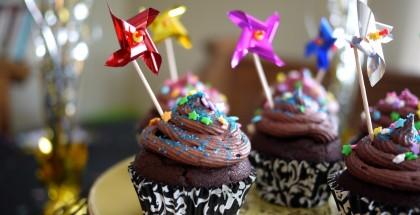 Cupcakes choco-choco, tout en noir et décorés d'étoiles.