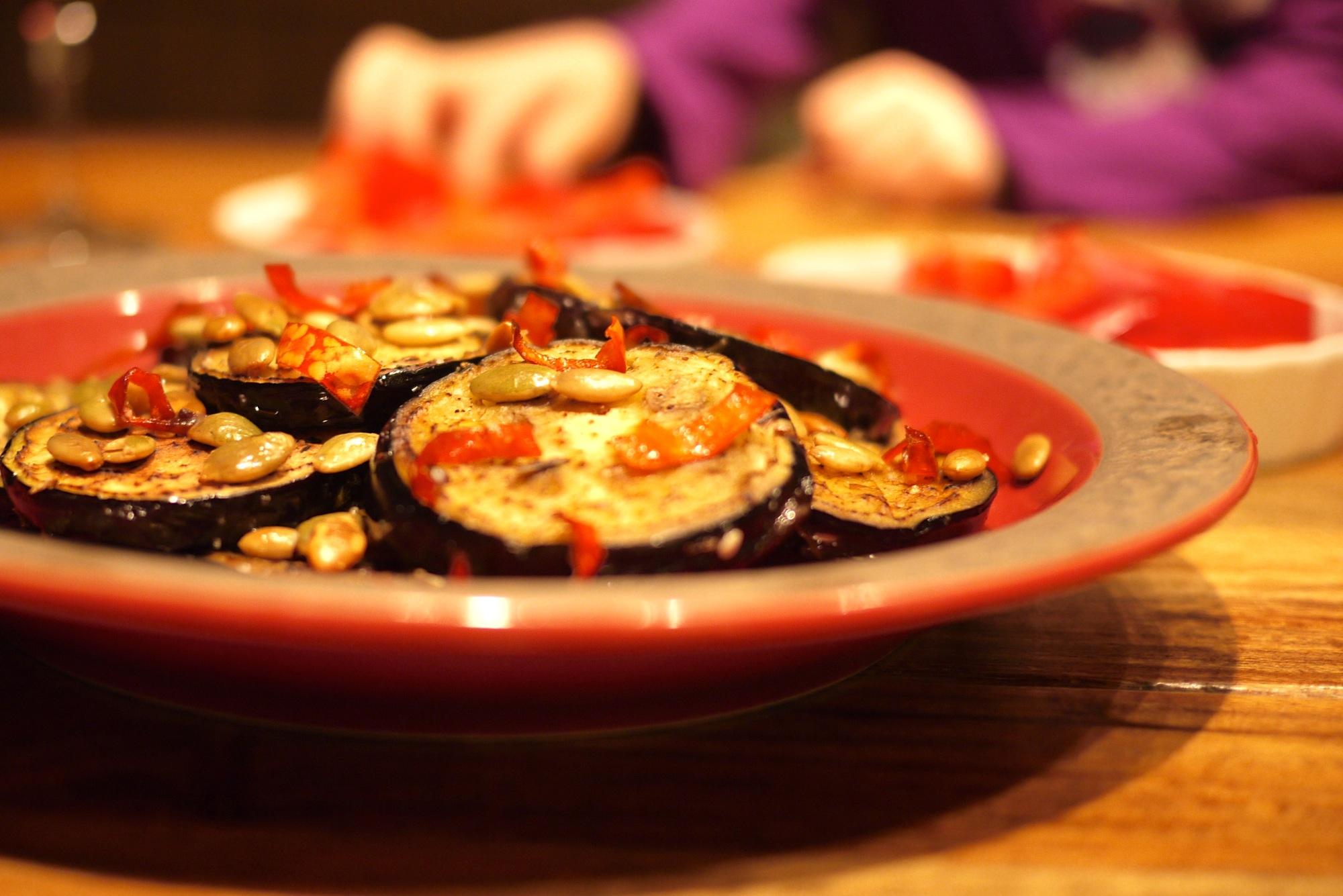 Aubergines grillées aux graines de citrouille et piment d'Espelette.
