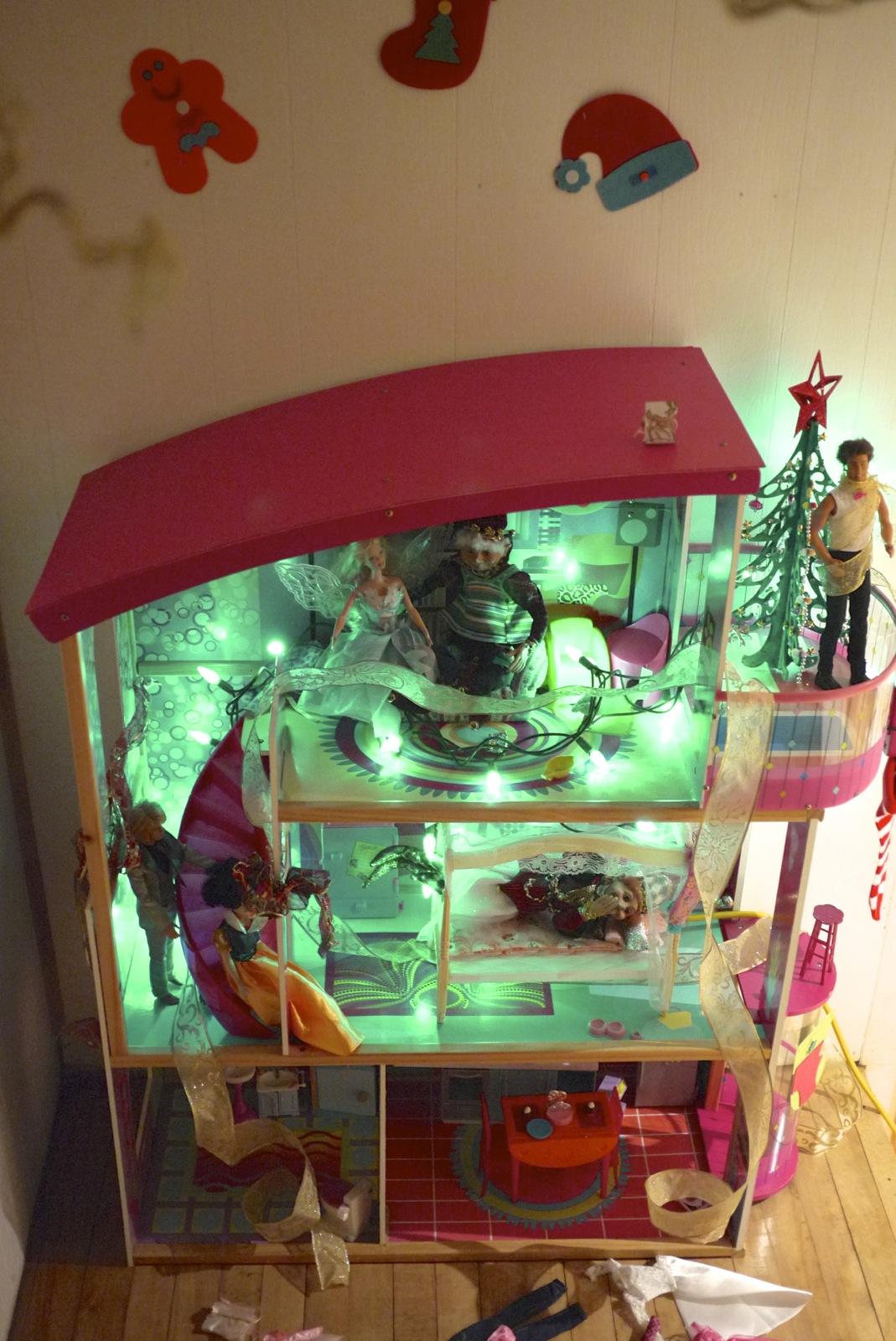 maison de poupées décorée par les lutins