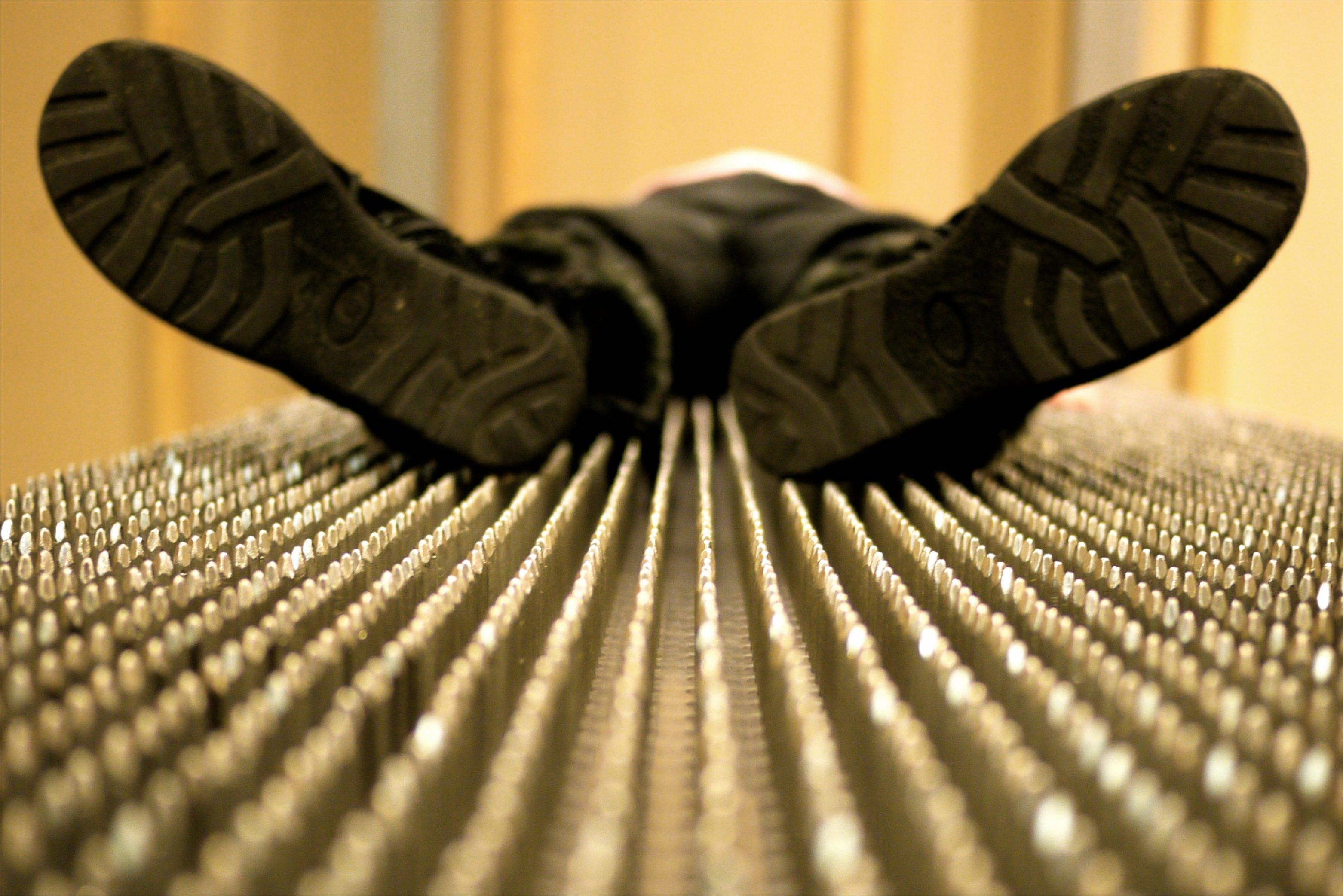 Couchée sur un tapis de clou... même pas mal!