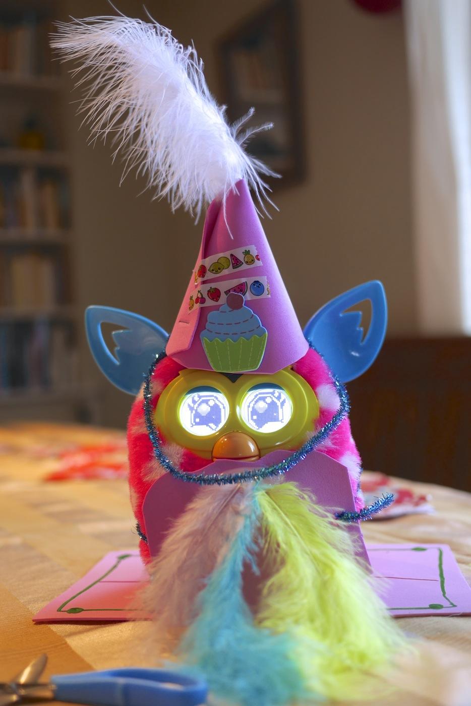 Collier de plume et chapeau élégant pour ce Furby boom.