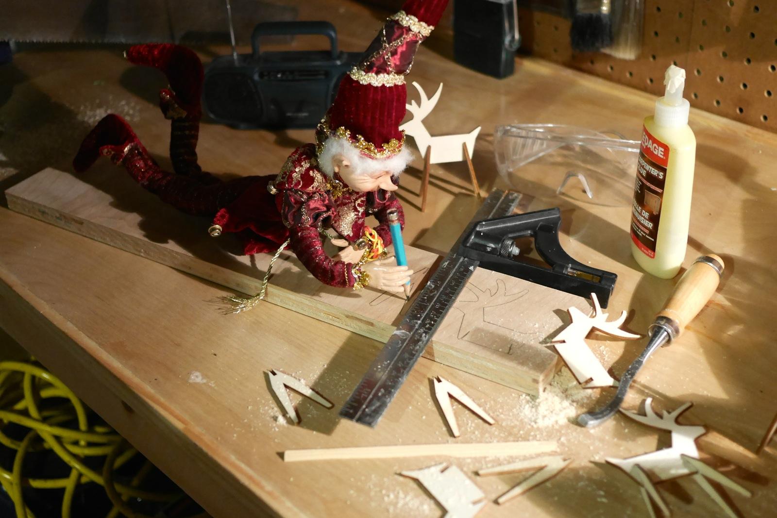 Bricolin trace des rennes sur une planche trouvée dans l'atelier.
