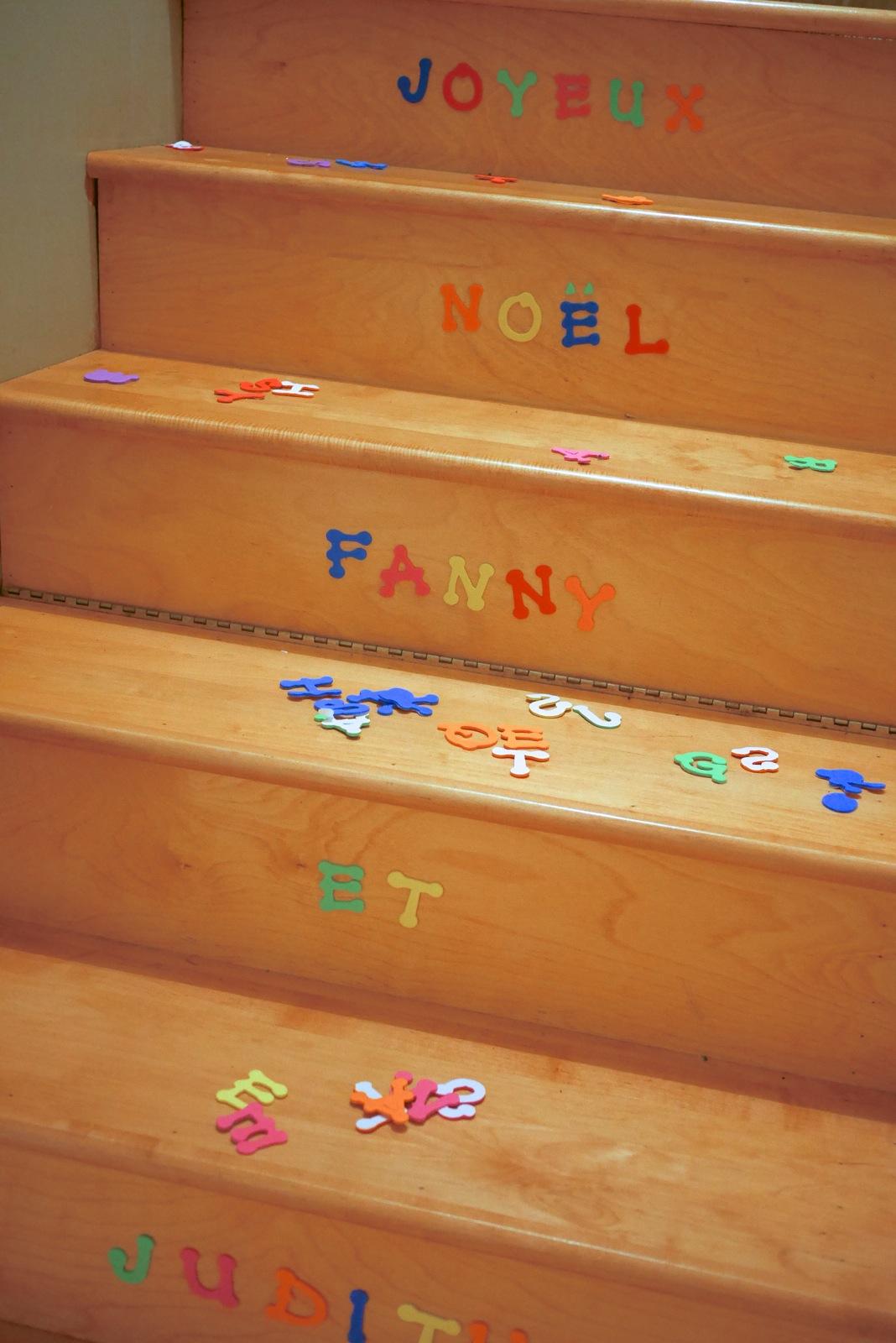 Vu d'en bas, l'escalier avait un autre air, affichant un message des Fêtes sur les contre-marches.