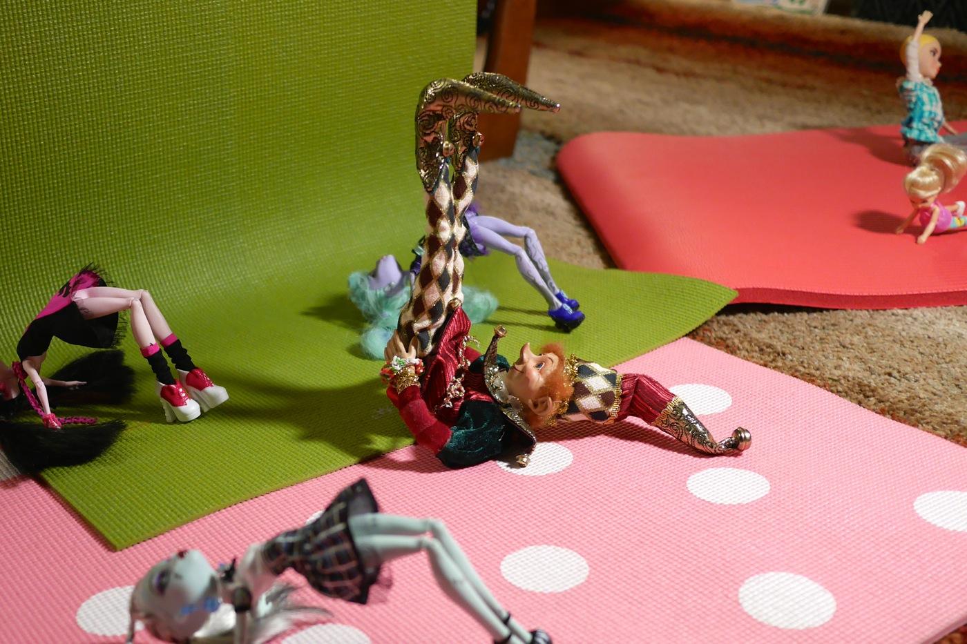 Yoga de lutins: Gourmando s'exerce à la chandelle. Un vrai pro!