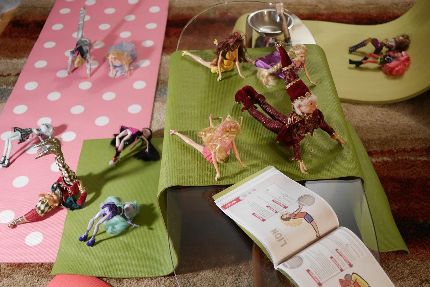 Inspirés par un livre de postures de yoga pour les enfants, les lutins ont enrôlé les poupées dans une série d'exercices.