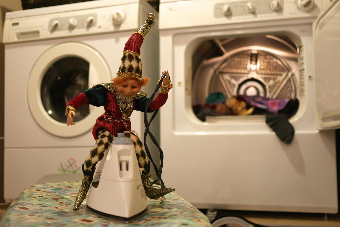 Les lutins ont envahi la salle de lavage! Gourmando chevauche le fer à repasser, tandis que Bricolin dort dans la sécheuse.