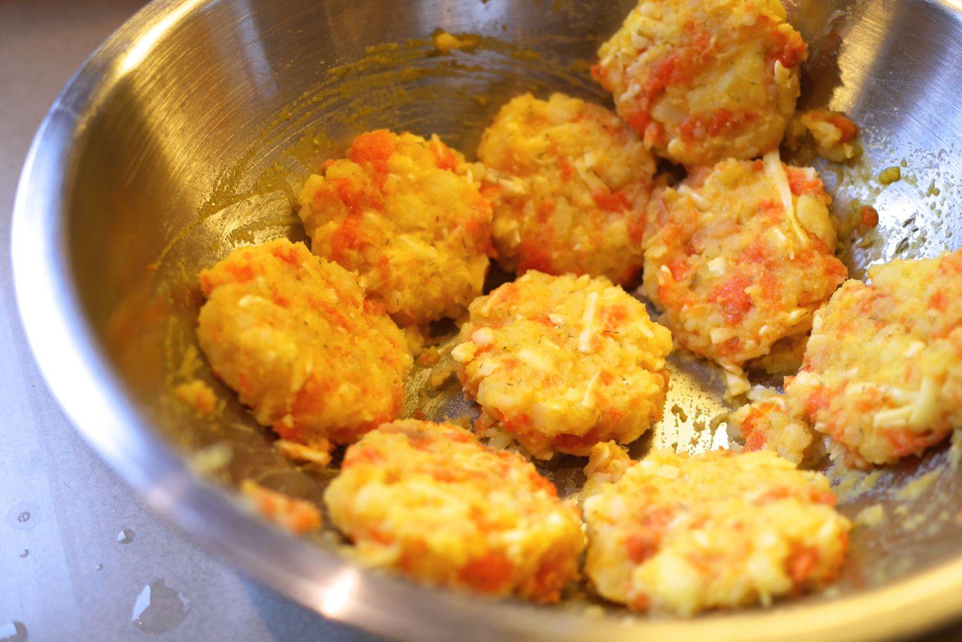 Préparation des croquettes: un mélange de chair de patates, saumon fumé, cheddar...
