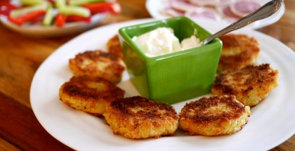 Les croquettes de pomme de terre et de saumon fumé, servies avec crème sure.