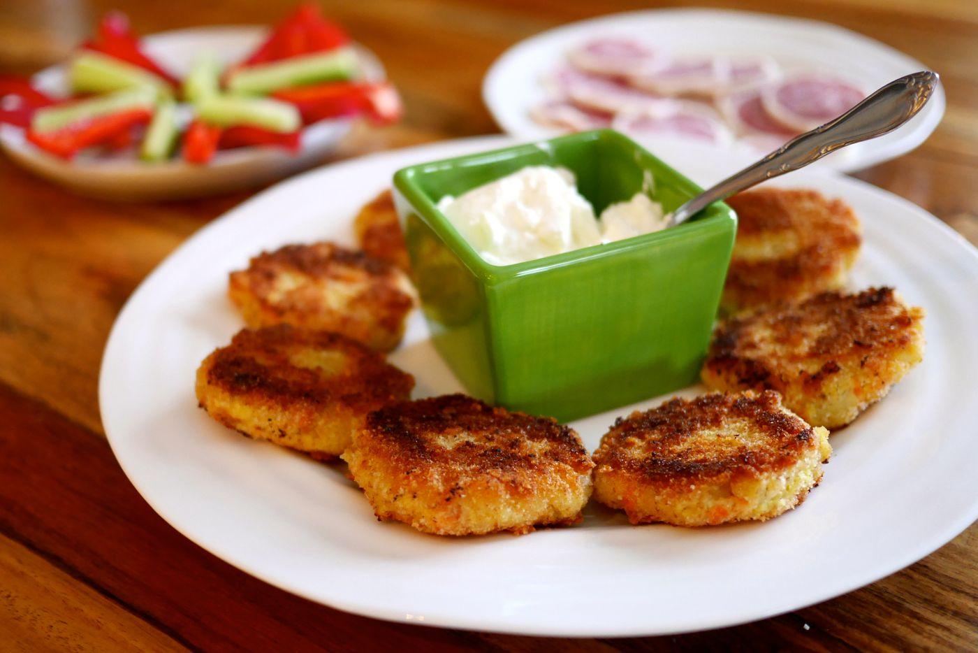 Les croquettes de pommes de terre et de saumon fumé, servies avec crème sure.