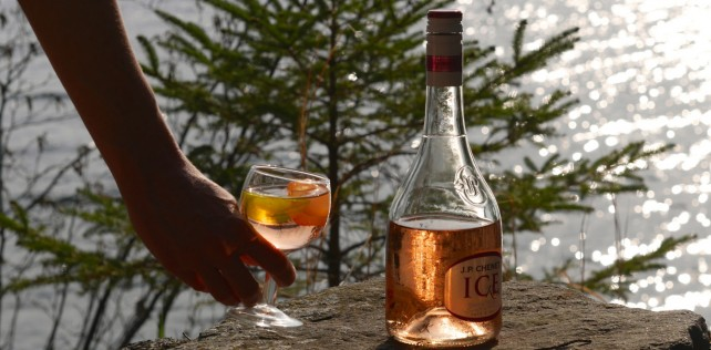 Vin aromatisé et rosé sur glace : deux tendances de l'été parfaites au chalet