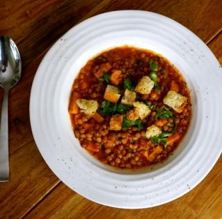 Soupe de lentilles et patate douce, parfumée au ras-el-hanout et à la coriandre