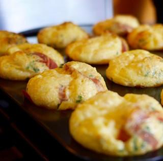 Mini-omelettes au parmesan en coupelles de prosciutto