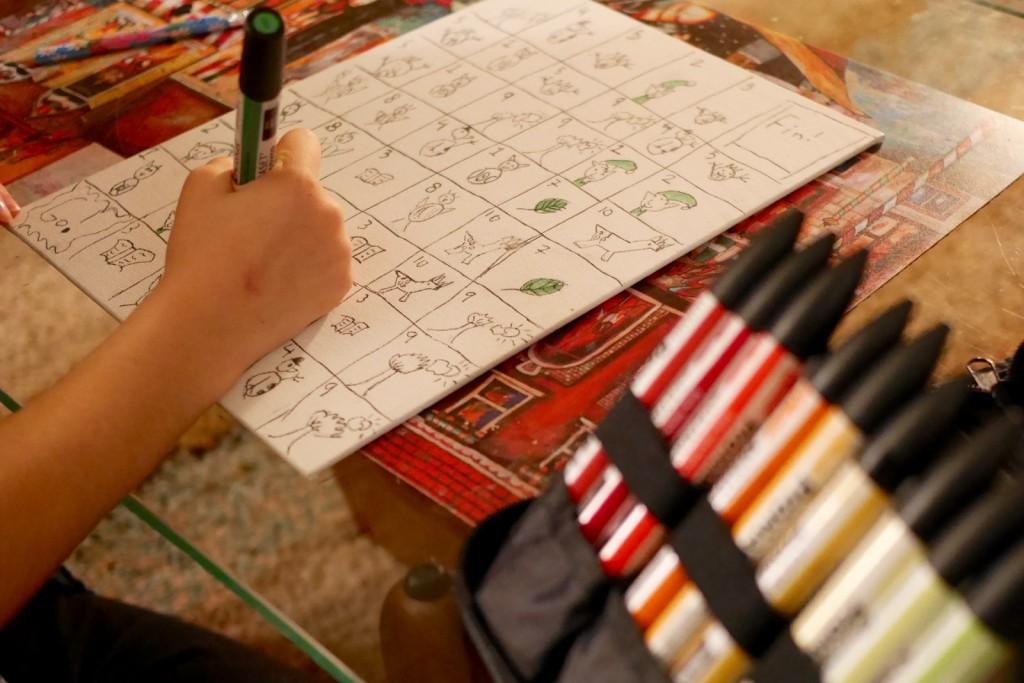 Une toile cartonnée quadrillée pour former des cases, chacune numérotée et arborant un joli dessin.
