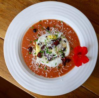 Gaspacho toute garnie (pancetta, parmesan, oeufs cuits dur…)