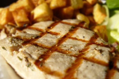 Thon mi cuit sur le barbecue banlieusardises - Recette steak de thon grille ...