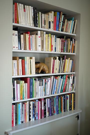 Une bibliothèque encastrée dans ma salle à manger