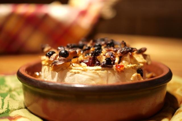Fromage Calendos épicé au miel et aux noix, cuit au four.