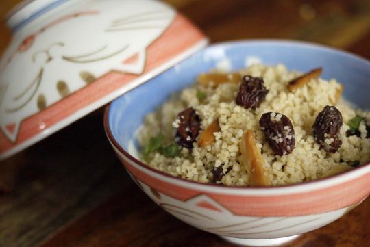 Couscous aux amandes grillées et aux raisins