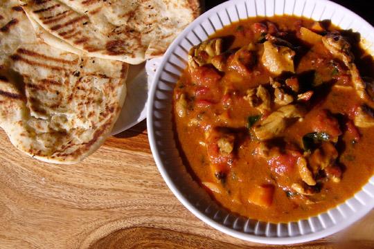Curry de poulet aux tomates, patates sucrées et lait de coco