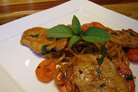 Escalopes de porc sucrées-salées et sauté de carottes au basilic thaï