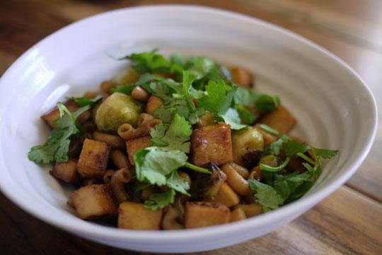Macaroni chinois aux choux de Bruxelles et tofu fumé