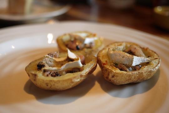 Pelures de pommes de terre gratinées décadentes (au lapin confit et aux truffes)