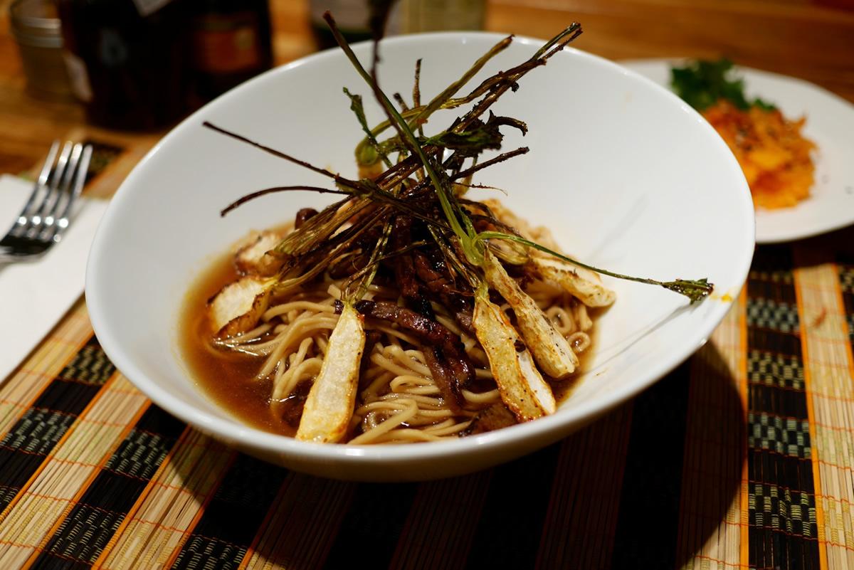Soupe ramen chapeautée de navet asiatique et de rosbif émincé et sauté: un grand moment à notre table!