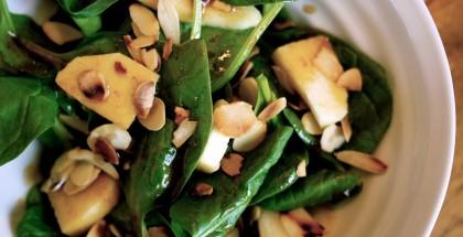 Salade d'épinards et pommes, vinaigrette à la sauce soya