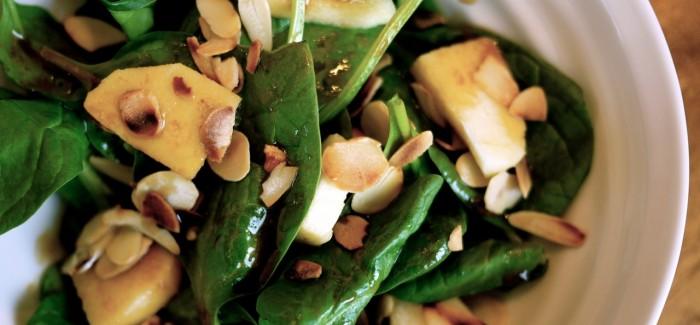 Salade d'épinards, pommes et amandes grillées, vinaigrette à la sauce soya