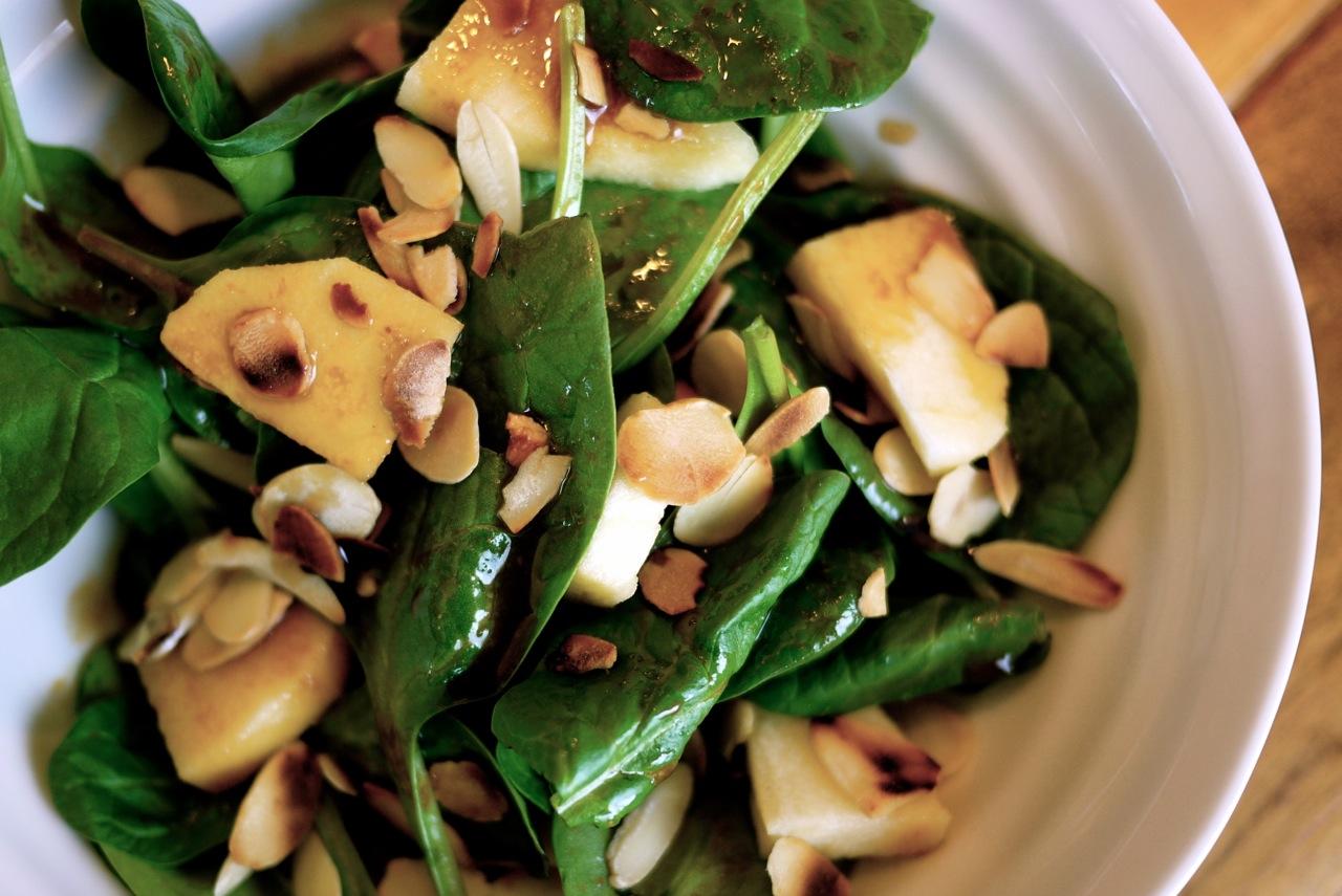 Salade d'épinards et pommes, vinaigrette à la sauce soya.