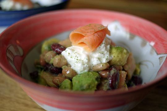 Salade de légumineuses au saumon fumé et à la feuille de gadellier