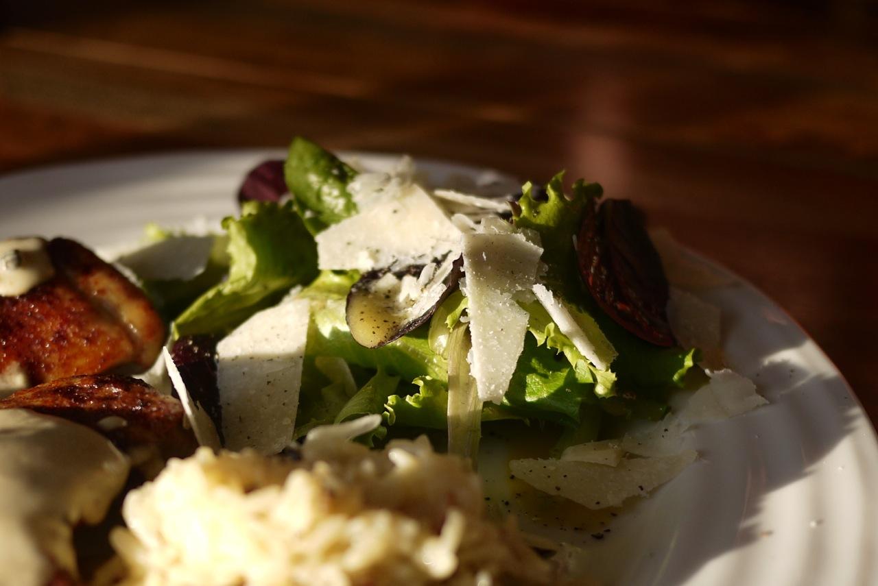 Salade de bébé romaine et sa vinaigrette au parmesan et au poivre.