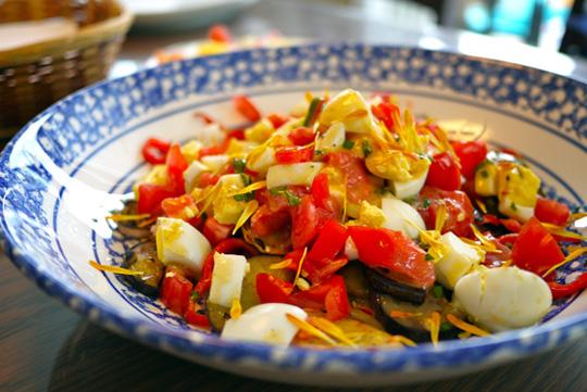 Salade tiède d'aubergines, tomates et oeufs