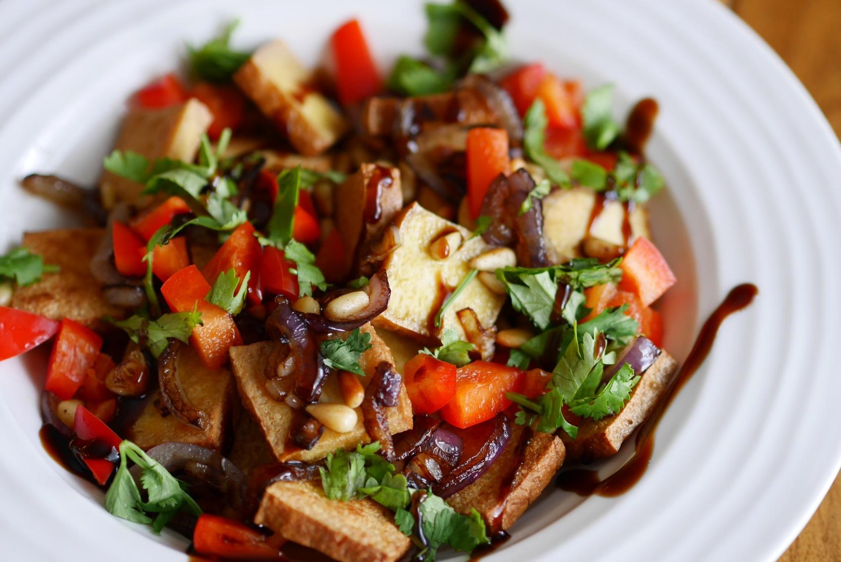 La touche finale: un coulis balsamique à la figue... Voilà une belle salade végé!