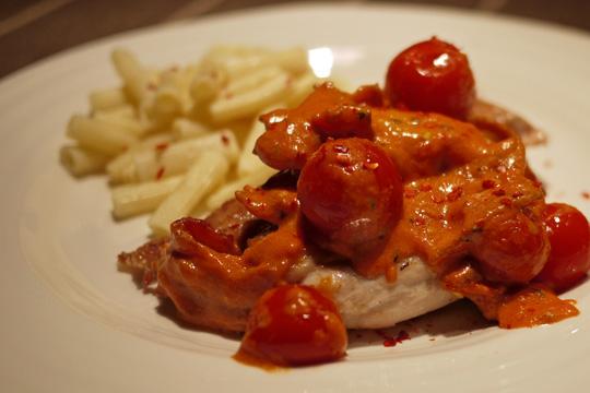 Hauts de cuisse nappés de sauce rosée aux tomates et bacon
