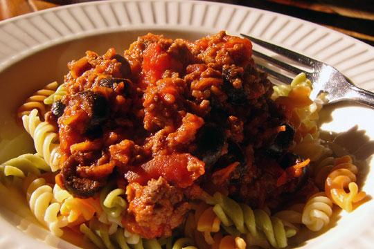 Sauce tomate à la viande, aux olives noires et à la patate sucrée