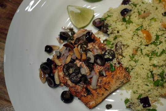 Pavés de saumon garnis d'olives noires, amandes et câpres grillées