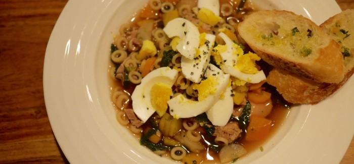 Soupe d'automne vide-potager, aux légumes, rôti de porc et oeufs frais