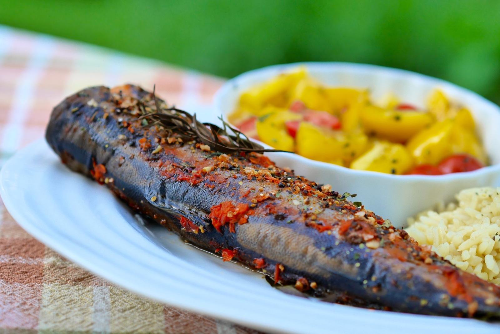Truite au four à l'estragon, servie avec un bon riz et une salade de poivrons et tomates à l'ail, le tout dégusté au coin du potager!