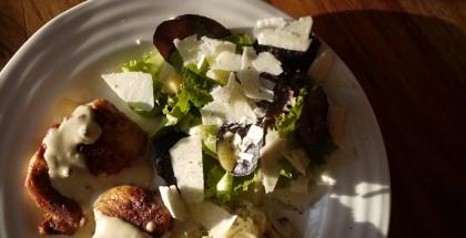 Salade de bébé romaine au parmesan et au poivre.